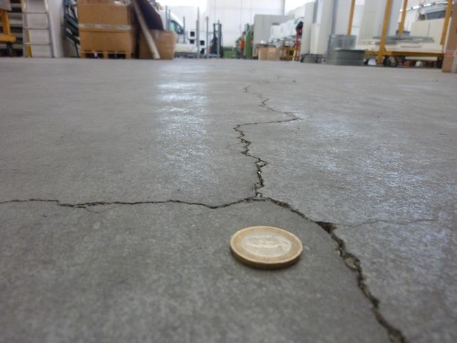 Fessura da ritiro igrometrico in pavimentazione con campiture molto grandi